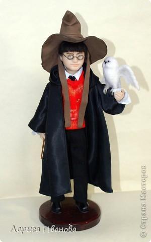 Я Вам признаюсь, что очень люблю читать книги писательницы Дж. К. Роулинг о Гарри Поттере))). Но эту куклу делала не для себя, а для сына своей кумы - он очень большой поклонник этого персонажа. Гарри переедет к нему жить на День Рождения) фото 3