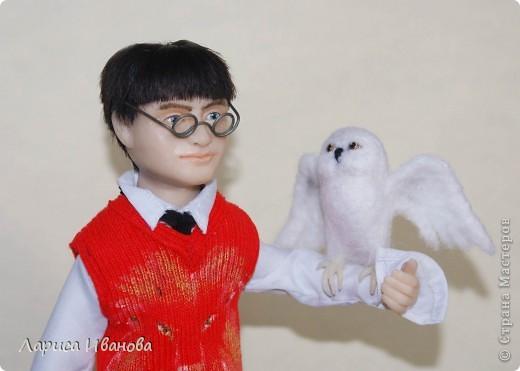 Я Вам признаюсь, что очень люблю читать книги писательницы Дж. К. Роулинг о Гарри Поттере))). Но эту куклу делала не для себя, а для сына своей кумы - он очень большой поклонник этого персонажа. Гарри переедет к нему жить на День Рождения) фото 8