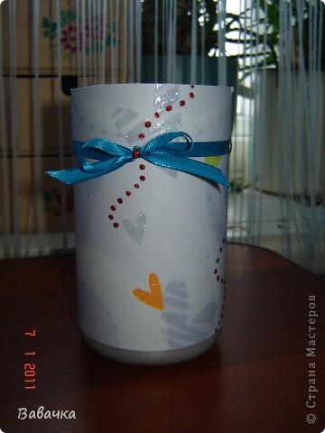 """Уж срочно нужна была вазочка для самодельных цветочков,а у меня на полке ждала своей участи бутылочка из под сока """"Я"""" Вот и дождалась!!! Радует что иногда хлам, все таки перестает быть хламом и больше не мешается на полках ))) фото 6"""