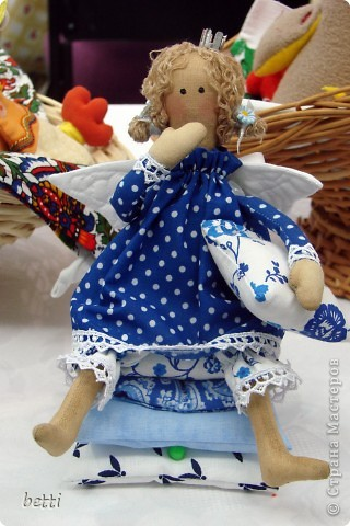 Долго мечтала пошить такую куклу ,а когда сшила поняла-дольше собиралась:))Но дома она только переночевала и на утро отправилась к своей новой хозяйке. фото 1