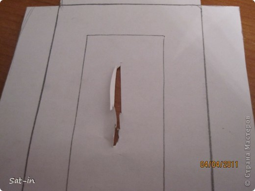 Для рамки нам понадобиться: 1.Картонная крышка с дыркой для фото 2.Белая бумага  3.Ножницы 5.ПВА клей 6.Карандаш 7.Клей карандаш 8.Ручка шариковая  9и10 .Хорошее настроение. фото 3