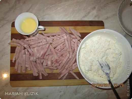 Состав :  500 гр. готового слоёного теста   200 гр. обычного сыра   200 гр.  голландского сыра  200-300гр. ветчина  1 яйцо (белок для начинки, желток для смазки)  фото 3