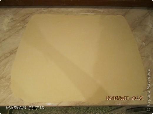 Состав :  500 гр. готового слоёного теста   200 гр. обычного сыра   200 гр.  голландского сыра  200-300гр. ветчина  1 яйцо (белок для начинки, желток для смазки)  фото 4