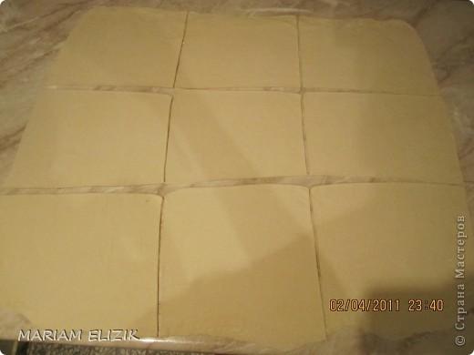 Состав :  500 гр. готового слоёного теста   200 гр. обычного сыра   200 гр.  голландского сыра  200-300гр. ветчина  1 яйцо (белок для начинки, желток для смазки)  фото 5