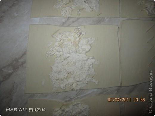 Состав :  500 гр. готового слоёного теста   200 гр. обычного сыра   200 гр.  голландского сыра  200-300гр. ветчина  1 яйцо (белок для начинки, желток для смазки)  фото 7