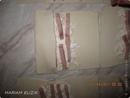 Состав :  500 гр. готового слоёного теста   200 гр. обычного сыра   200 гр.  голландского сыра  200-300гр. ветчина  1 яйцо (белок для начинки, желток для смазки)  фото 11
