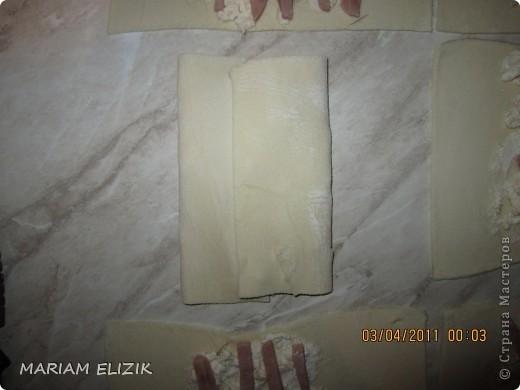Состав :  500 гр. готового слоёного теста   200 гр. обычного сыра   200 гр.  голландского сыра  200-300гр. ветчина  1 яйцо (белок для начинки, желток для смазки)  фото 12