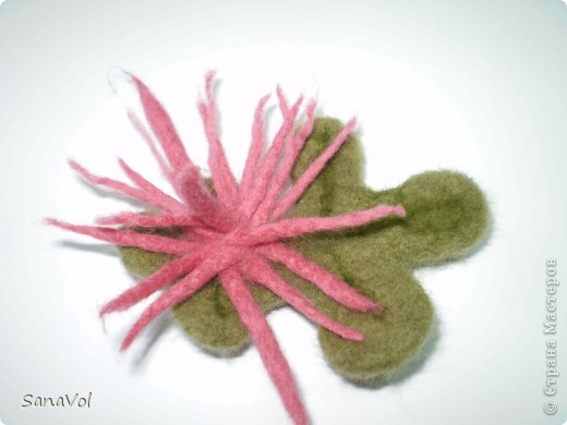 "Брошки ""Хризантемки"" сделаны методом мокрого валяния (сам цветок), а листик валяла по-сухому. фото 2"
