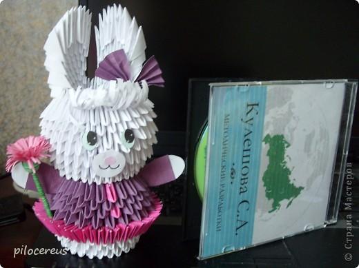 моя первая зайка созданная по МК http://stranamasterov.ru/technic/lady-bunny только юбочку я сделала не из 24 модулей а из 48 - вставляя розовые модули и между модулями и внутрь модулей. фото 1
