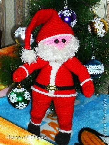 ну и что, что Новый Год прошел давно, а ёлку мы убрали 2 апреля! ))) Этот Санта мне сына в подарок принёс. Я родила сыночка, когда Санта наполовину был готов. фото 1