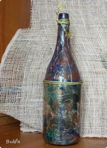 Доброго времени суток, дорогие! Вот хочу показать первую работу с бутылкой. Бутылка большая. Зато салфетка полностью обвернулась. Как делала, не знаю. А получилось вот что. фото 3