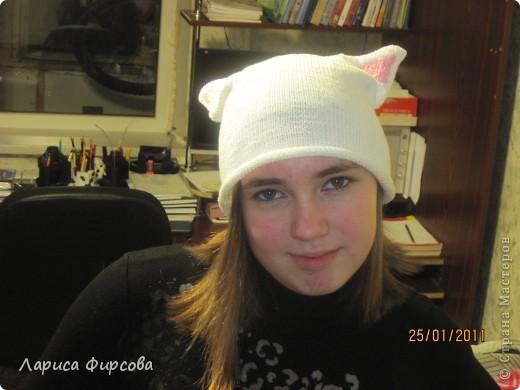 Моя дочка - анимешница. Аниме - это японские мультфильмы, но если подходить глобально - это скорее стиль жизни, культура. Ее неотьемлемой частью являются головные уборы с ушками. Я никак мне могла заставить дочку носить шапку зимой. И решила предложить ей связать шапочку с розовыми ушками, такую себе аниме-шапочку.  В ней дочка произвела фурор среди ровестников, и до конца зимы проблема с одеванием шапки была решена ура!  Вяжется она совсем простенько. Каждый, умеющий вязать лицевую и изнаночную может сделать себе такую же. фото 1
