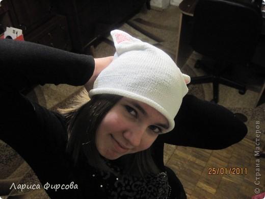 Моя дочка - анимешница. Аниме - это японские мультфильмы, но если подходить глобально - это скорее стиль жизни, культура. Ее неотьемлемой частью являются головные уборы с ушками. Я никак мне могла заставить дочку носить шапку зимой. И решила предложить ей связать шапочку с розовыми ушками, такую себе аниме-шапочку.  В ней дочка произвела фурор среди ровестников, и до конца зимы проблема с одеванием шапки была решена ура!  Вяжется она совсем простенько. Каждый, умеющий вязать лицевую и изнаночную может сделать себе такую же. фото 2