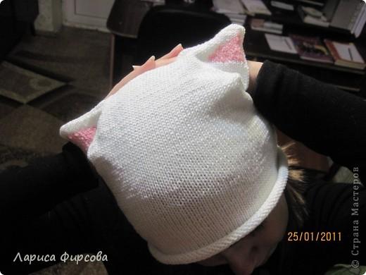 Моя дочка - анимешница. Аниме - это японские мультфильмы, но если подходить глобально - это скорее стиль жизни, культура. Ее неотьемлемой частью являются головные уборы с ушками. Я никак мне могла заставить дочку носить шапку зимой. И решила предложить ей связать шапочку с розовыми ушками, такую себе аниме-шапочку.  В ней дочка произвела фурор среди ровестников, и до конца зимы проблема с одеванием шапки была решена ура!  Вяжется она совсем простенько. Каждый, умеющий вязать лицевую и изнаночную может сделать себе такую же. фото 3