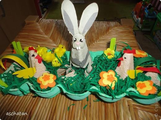 Петушки и пасхальный зайчик из яичной упаковки. Эту идею подсмотрела у кого-то из вас, уважаемые мастерицы, еще год назад, но не могу теперь вспомнить и сослаться.. Мы еще немного поработали: придумали зайчика,добавили цветочков и цыплят(покупные правда) фото 1