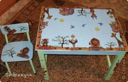 Этой детской мебели уже наверно лет 25. Этот столик со стульчиком были местом для занятий моей доченьки, а ей уже 28..... Теперь мы с внучкой здесь рукадельничаем. Решили обновить, покрасили, обклеели салфетками и вот что получилось. фото 1
