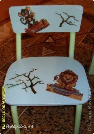 Этой детской мебели уже наверно лет 25. Этот столик со стульчиком были местом для занятий моей доченьки, а ей уже 28..... Теперь мы с внучкой здесь рукадельничаем. Решили обновить, покрасили, обклеели салфетками и вот что получилось. фото 2