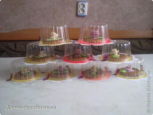 4 апреля у меня был день рождения,мне исполнилось 8 лет. Это угощение я приготовила вместе с мамой для моих одноклассников и учительницы.Розочки мы делали с мамой из суфле,потом прикрепляли их на печенье,после того как они застыли на воздухе. фото 5