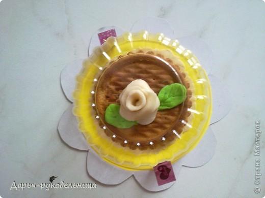 4 апреля у меня был день рождения,мне исполнилось 8 лет. Это угощение я приготовила вместе с мамой для моих одноклассников и учительницы.Розочки мы делали с мамой из суфле,потом прикрепляли их на печенье,после того как они застыли на воздухе. фото 3