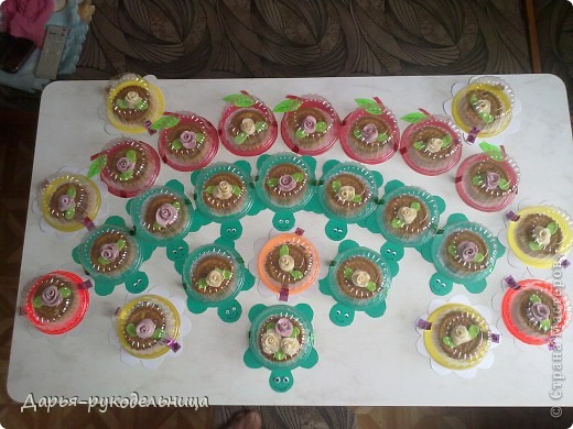 4 апреля у меня был день рождения,мне исполнилось 8 лет. Это угощение я приготовила вместе с мамой для моих одноклассников и учительницы.Розочки мы делали с мамой из суфле,потом прикрепляли их на печенье,после того как они застыли на воздухе. фото 8