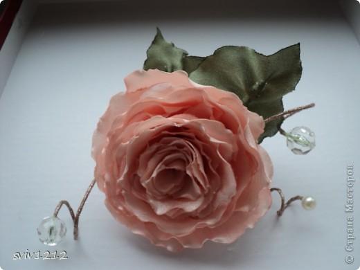 Еще одна роза расцвела.Очень понравилось делать,нашла атласную ткань,цвет то что надо,сразу представила готовый результат,не разочаровалась.Надеюсь Вам она тоже понравися.Спасибо Всем ,кто ко мне заглянет! фото 3
