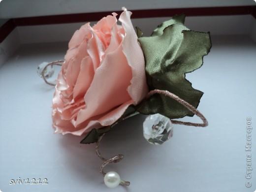 Еще одна роза расцвела.Очень понравилось делать,нашла атласную ткань,цвет то что надо,сразу представила готовый результат,не разочаровалась.Надеюсь Вам она тоже понравися.Спасибо Всем ,кто ко мне заглянет! фото 4