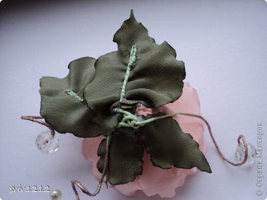 Еще одна роза расцвела.Очень понравилось делать,нашла атласную ткань,цвет то что надо,сразу представила готовый результат,не разочаровалась.Надеюсь Вам она тоже понравися.Спасибо Всем ,кто ко мне заглянет! фото 5