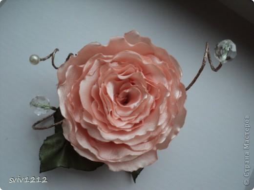 Еще одна роза расцвела.Очень понравилось делать,нашла атласную ткань,цвет то что надо,сразу представила готовый результат,не разочаровалась.Надеюсь Вам она тоже понравися.Спасибо Всем ,кто ко мне заглянет! фото 1