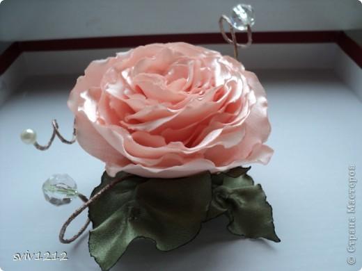 Еще одна роза расцвела.Очень понравилось делать,нашла атласную ткань,цвет то что надо,сразу представила готовый результат,не разочаровалась.Надеюсь Вам она тоже понравися.Спасибо Всем ,кто ко мне заглянет! фото 2