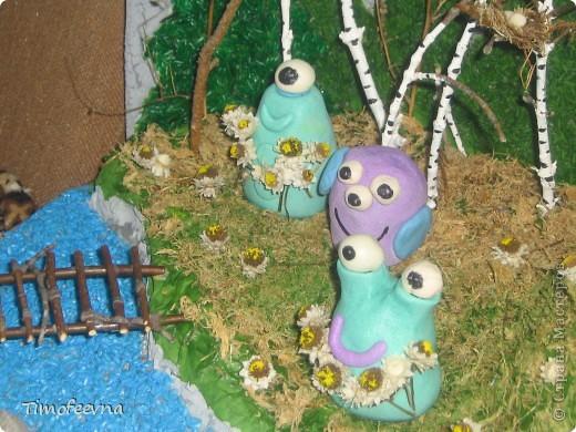 """В детском саду нам дали задание сделать вместе с ребёнком поделку на конкурс """"Зелёная планета глазами детей"""". Мы с сыном Мишей решили сделать такую вот композицию, которую назвали """"Весна на планете Земля"""". Смысл в ней такой- наша планете настолько прекрасна, что к нам даже из других миров прилетают существа, чтоб полюбоваться красотами Земли и прихватить с собой пару букетиков чудесных весенних земных цветов.  Если честно, я незнаю сколько времени этот конкурс будет длиться и когда будут известны результаты:) нам главное - участие! фото 8"""