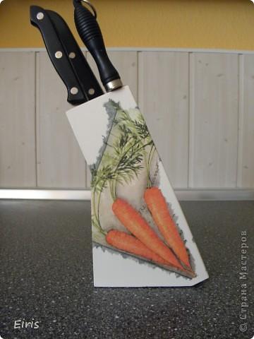 Решила задекупажить свою старую подставку под ножи. И салфеточка нашлась подходящаяся. фото 1