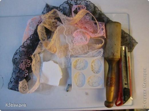 Итак.. чтобы сделать брошь камею, необходимо иметь: - молд для пластики (силиконовая форма) - полимерную глину одного или нескольких цветов. Для первого раза хватит и одного - самые простые приспособления и инструменты для работы с пластикой - стеклянная поверхность, скалка, нож, духовка, лак - материалы для украшения камеи - кружева, ткань, перья, бусины, ленты. Все, на что фантазии хватит. - фурнитура для броши (можно заменить булавкой, но это не так эстетично) В процессе создания мастер-класса я вдруг решила, что камея должна быть не белой, а фиолетовой, поэтому понадобятся еще старые тени для тонировки фото 1