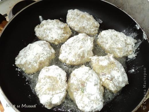 """Котлетки из консервы """"Сардины в масле"""" Вареную картошку, лук пропускаем через мясорубку. Добавляем туда рис, сардины, специи по вкусу, яйцо сырое, зелень (можно без, я брала укроп). Все хорошенько мешаем, формируем котлетки, обмакиваем в муку и жарим на подсолнечном масле. Котлетки выходят очень нежные. Их приятно кушать даже просто положв на кусочек хлеба.  ПРИЯТНОГО АППЕТИТА!  фото 2"""
