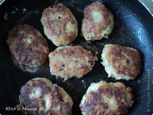 """Котлетки из консервы """"Сардины в масле"""" Вареную картошку, лук пропускаем через мясорубку. Добавляем туда рис, сардины, специи по вкусу, яйцо сырое, зелень (можно без, я брала укроп). Все хорошенько мешаем, формируем котлетки, обмакиваем в муку и жарим на подсолнечном масле. Котлетки выходят очень нежные. Их приятно кушать даже просто положв на кусочек хлеба.  ПРИЯТНОГО АППЕТИТА!  фото 1"""