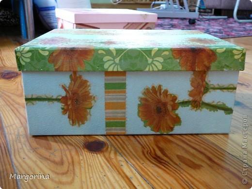 Купила коробки для упаковки бокалов, но при близком рассмотрении оказались местами выгоревшие цвета. Я решила опробовать декупажную технику декорирования. Вот что получилось :) фото 5