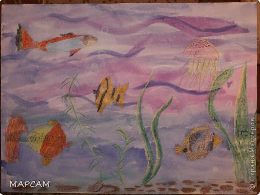 """Снова, здравствуйте. Сегодня решила выложить рисунки моей дочки Анечки (9 лет) в своем блоге. До этого не доходили руки сфотографировать. Здесь не все работы моего ребенка, некоторые мы подарили крестным, некоторые работы на выставке.  Итак, первая работа """"Рыбки"""" (техника рисования акварелью по восковым мелкам). фото 1"""