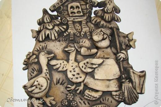 """Я встречала в Стране Мастеров несколько мастер-классов по росписи мукосолек и наверняка мой способ многим известен,но на всякий случай))))) Высушенную фигурку я грунтую коричнево-чёрной краской,закрашиваю всю полностью,чтобы получилась""""шоколадная"""" мукосолька.Шоколадная тонировка затечёт в углубления и сделает рельеф поверхности визуално более объёмным.Оставляю на несколько минут.Затем беру влажную тряпочку,марлечку,губочку и вытираю краску.Делать это нужно без фанатизма),иначе могут отвалиться выпуклые части работы.Тряпку нужно споласкивать и хорошенько отжимать-сырить слишком не желательно. фото 2"""