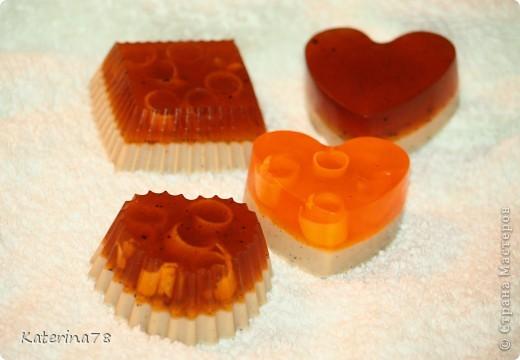 Английская мыльная основа, базовые масла миндальное и облепиховое (дало оранжевый цвет), глицерин, свежемолотый кофе для скраба, ароматизатор дыни. фото 1