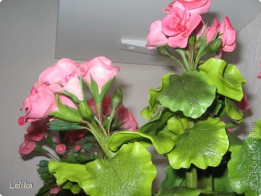 Уважаемые мастерицы! У меня от первой гераньки осталось много листочков и цветочков, хватило на вторую. Наконец-то собрала и посадила. Они очень похожи друг на друга, отличаются лишь тем, что вторая покрыта лаком, и цветочки чуть-чуть темнее внутри. Спасибо всем, кто зашел ко мне в гости. фото 5