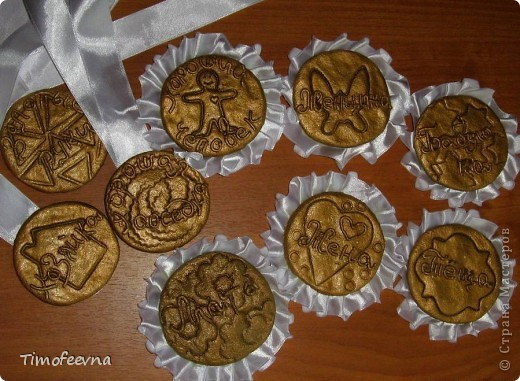 """Здравствуйте, гости!! В прошлом году <a href=""""http://stranamasterov.ru/user/88251"""">у моей любимой мамы</a> был юбилей. Моя старшая сестра подготовила интересную программу с конкурсами, играми, сценками, подарками... А меня попросила сделать вот такие медали и ордена. Изготовлены они из солёного теста,покрыты золотой краской из баллончика, всего их девять штук, шесть из них с рюшечкой из ленты и крепятся они на булавку, а три остальных просто на ленточке вешаются на шею. Медаль """"Женщина"""" сначала хотела сделать розовой перламутровой, но когда красила, что то задумалась и нечаянно сделала и её золотой :D Потом я на неё просто стразиков налепила (см дальше) фото 1"""
