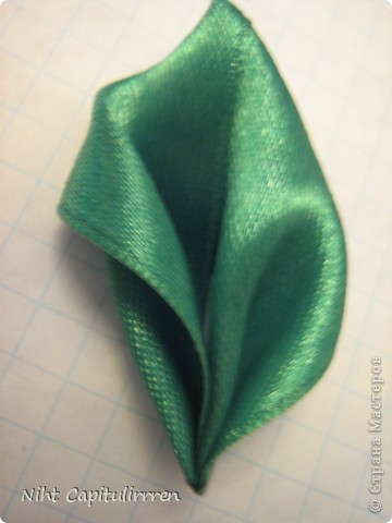 Скоро Пасха, мы каждый год украшаем вербные веточки самодельными цветочками (у бабушки в деревне), раньше я делала их из конфетных фантиков))) В этом году решила сделать Канзаши фото 6
