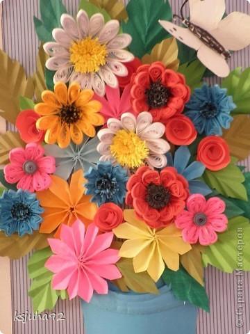 Дуже хочеться вже теплої весни і тому під хороший настрій вийшла така  картина з букету квітів. Ще перша спроба у паперопластиці - відро, в якому, нібито, стоять квіти зроблено по типу 3D.  фото 2