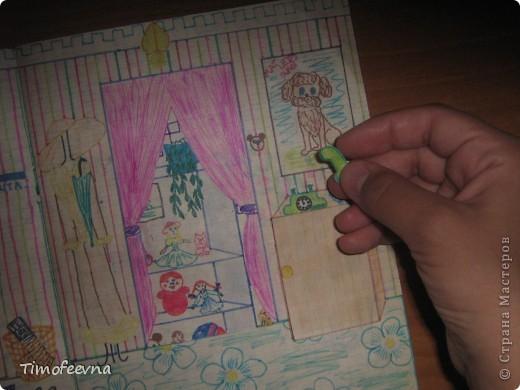 Приветствую всех гостей!! Хочу вам показать домик для бумажной куклы, который я делала, когда мне было 12 лет. Приятно, что он сохранился, потом подарю его своей доче :) Почему то фото получились тёмные :( То ли дело в бумаге, то ли это фотоаппарату скоро кирдык. Домик сделан из простой тетради в клеточку. На двери номер - 12. Это в честь моего возраста, видимо :) В почтовом ящике прорезь для газет и писем. фото 3