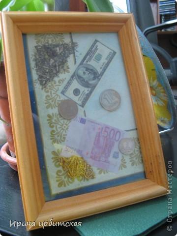 Это был подарок подружкам на 8 Марта! 8 штук!  Внутри золотая нить, монеты, листья шалфея, гвоздика, купюры. Основание - кусок голубых обоев (вода) и декупаж с золотым рисунком. Размещается такой подарок на восточной стороне дома и денежки потекут рекой!