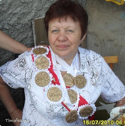 """Здравствуйте, гости!! В прошлом году <a href=""""http://stranamasterov.ru/user/88251"""">у моей любимой мамы</a> был юбилей. Моя старшая сестра подготовила интересную программу с конкурсами, играми, сценками, подарками... А меня попросила сделать вот такие медали и ордена. Изготовлены они из солёного теста,покрыты золотой краской из баллончика, всего их девять штук, шесть из них с рюшечкой из ленты и крепятся они на булавку, а три остальных просто на ленточке вешаются на шею. Медаль """"Женщина"""" сначала хотела сделать розовой перламутровой, но когда красила, что то задумалась и нечаянно сделала и её золотой :D Потом я на неё просто стразиков налепила (см дальше) фото 3"""