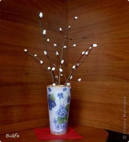 Здравствуйте, дорогие мои мастера и мастерицы!  Вот скоро Пасха. Все готовят к Пасхе поделки. А я вспомнила, что сначала Вербное воскресенье! -------------------- Еще до появления листвы, Лишь солнышко проглядывать начнёт,  На ветках распускаются цветы:  Увидишь их - и сердце запоёт!  Сидят на ветках птенчики весны, Пушистенькие белые комочки. Под впечатленьем вербной красоты И родились вот эти строчки. ...Татьяна Грачёва  Поскольку у нас в Москве зиме задержалась, а выйти на улицу просто так я не могу и не знаю распустилась ли у нас верба, то решила сама сделать несколько веточек вербы с шариками ваты.  фото 2