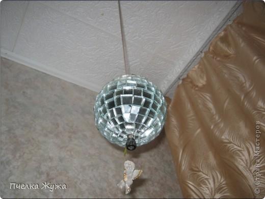 Захотелось мне как-то в комнате сына такое украшение соорудить. Папье маше на пластмассовый мячик, стеклорез в руки, и через неделю - висит. Зеркало клеила на потолочный клей Титан.