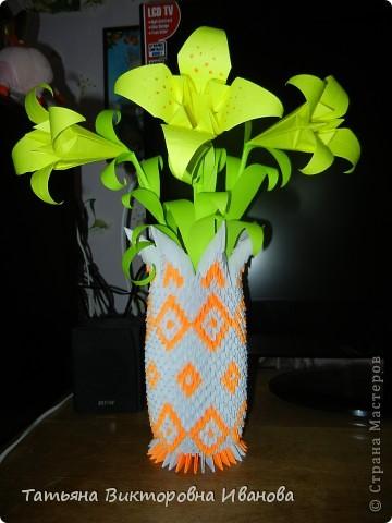 Представляю вашему вниманию ещё одно творение модульного оригами. Ваза полностью авторской работы.