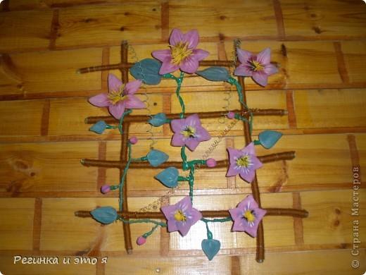 Цветы и листья сделаны из капроновых колгот.