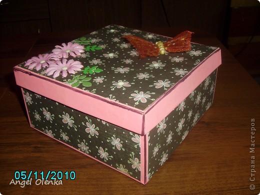 """Пожалуй у каждой женщины есть такая шкатулочка, в которой хранятся нитки-иголки-пуговицы. Но только не у моей подруги. Она никогда не могла найти все эти мелочи (особенно когда срочно нужно) и всегда бегала ко мне. Чтобы избавить ее от дальнейших """"мучений"""" я решила подарить ей на день рождения шкатулку для рукоделия. фото 1"""